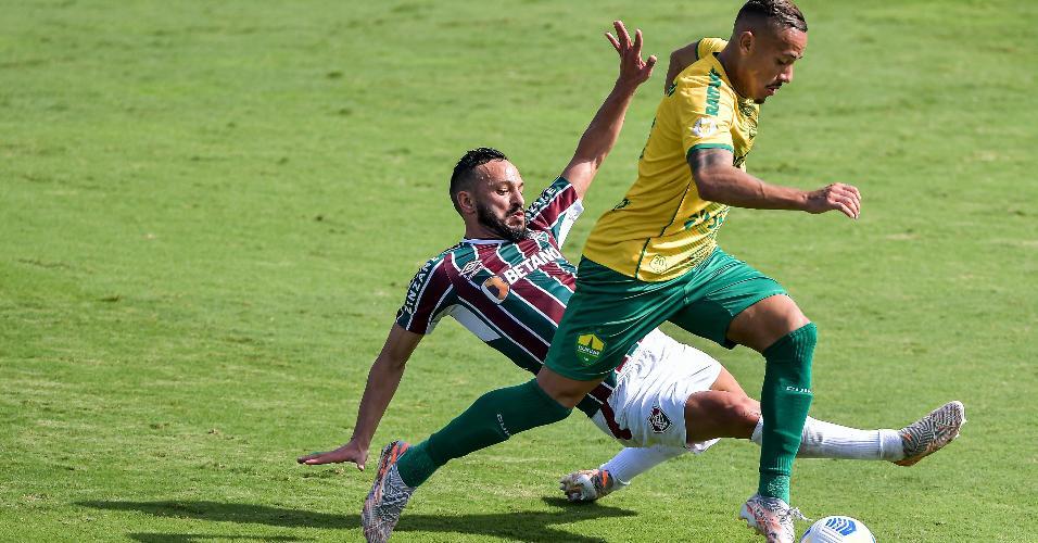 Rafael Papagaio passa pela marcação de Yago Felipe, durante a partida entre Fluminense e Cuiabá