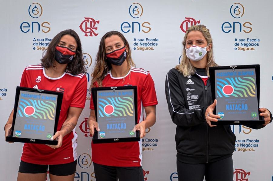 Atletas de natação do Flamengo recebem passaporte simbólico para Tóquio