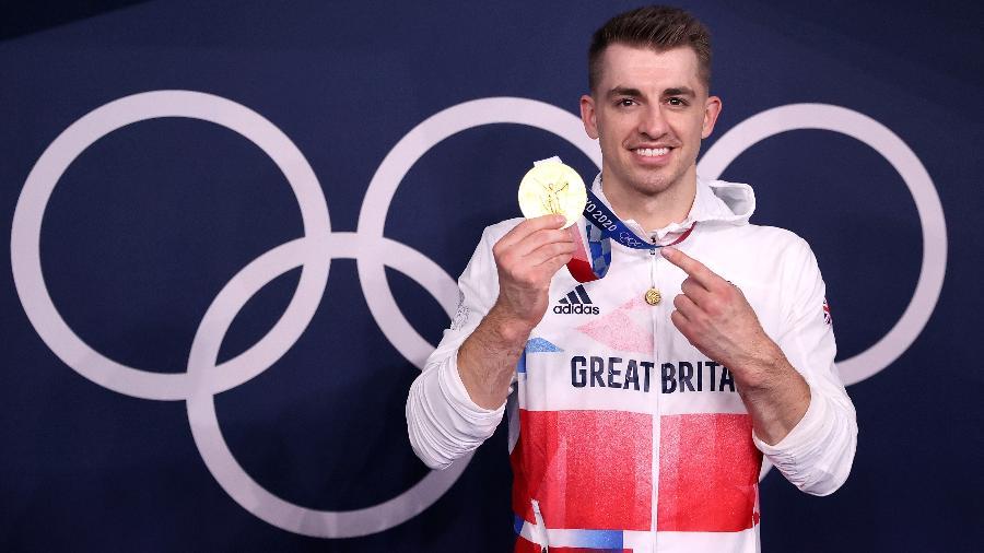 Max Whitlock posa com a medalha de ouro conquistada nos Jogos Olímpicos de Tóquio - Xinhua/Cao Can