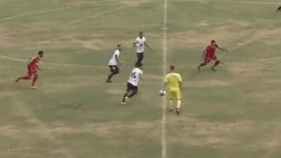 Luis Antônio, conhecido como Juninho, fez um golaço do meio de campo para o Rio Branco no jogo contra a Itapirense - Reprodução/Twitter