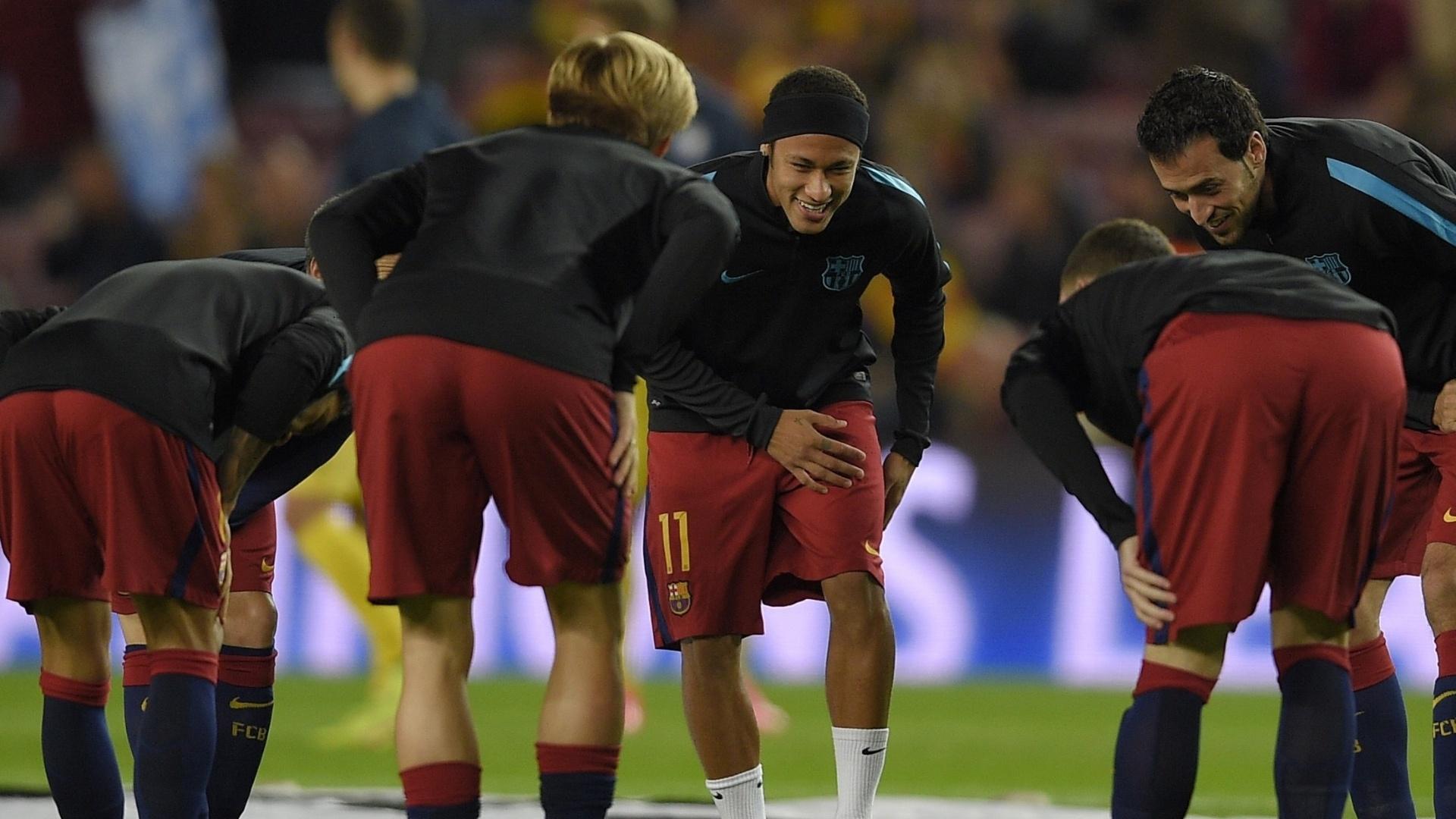 Neymar usa uma faixa preta no cabelo depois de raspar a cabeça