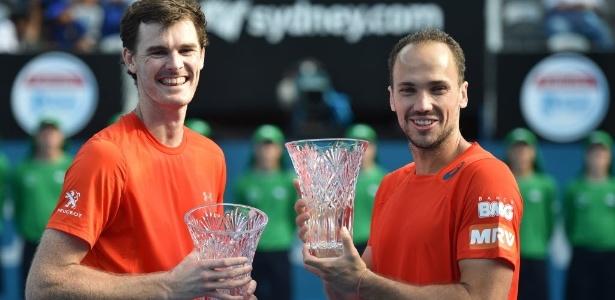 Jamie Murray (à esquerda) e Bruno Soares (à direita) celebram o título de duplas conquistado no ATP de Sydney - AFP PHOTO / Peter PARKS