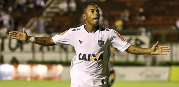 Robinho comemora um dos gols que marcou pelo Atlético-MG sobre o Tupi