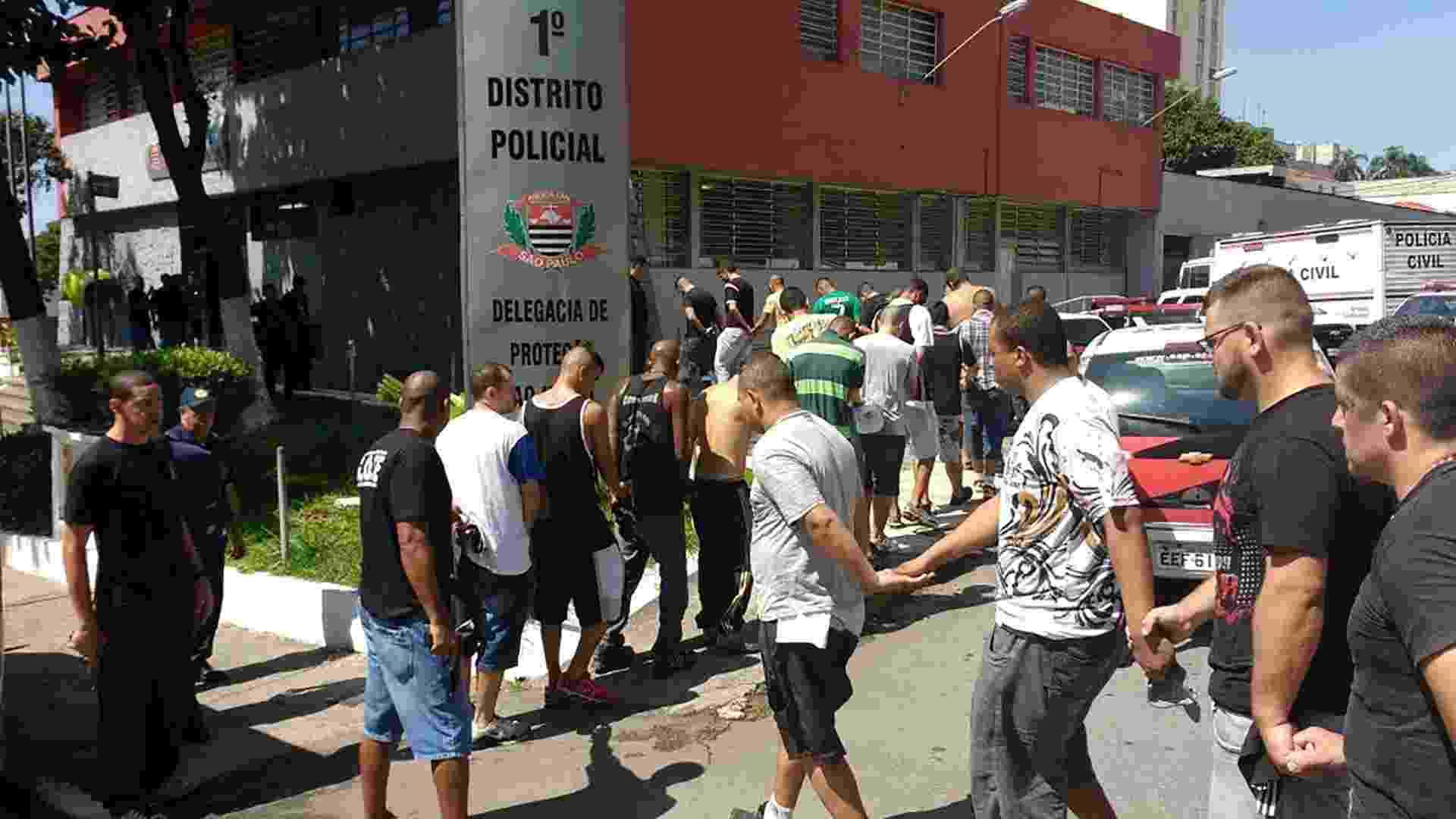 Imagem de torcedores detidos em Guarulhos após briga de torcida de Palmeiras e Corinthians antes do clássico no Pacaembu - undefined