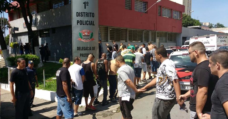 Imagem de torcedores detidos em Guarulhos após briga de torcida de Palmeiras e Corinthians antes do clássico no Pacaembu