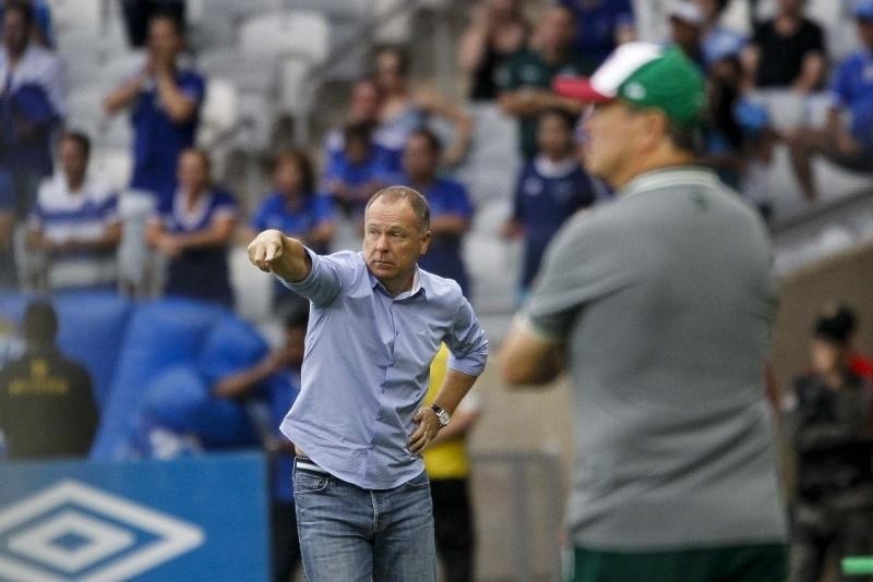 Mano Menezes orienta o time do Cruzeiro à beira do gramado na partida diante do Fluminense