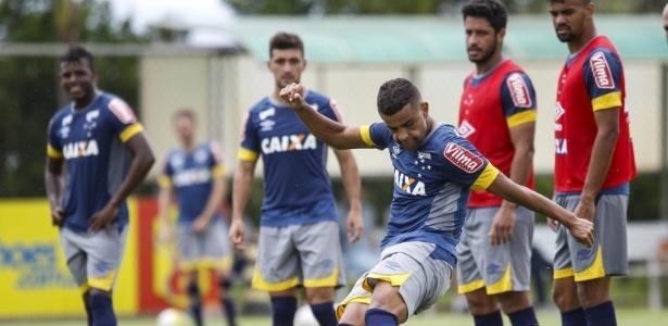 Alex, Marcos Vinícius e Alisson (foto) são os candidatos para substituir Arrascaeta (no fundo) - Washington Alves/Light Press/Cruzeiro