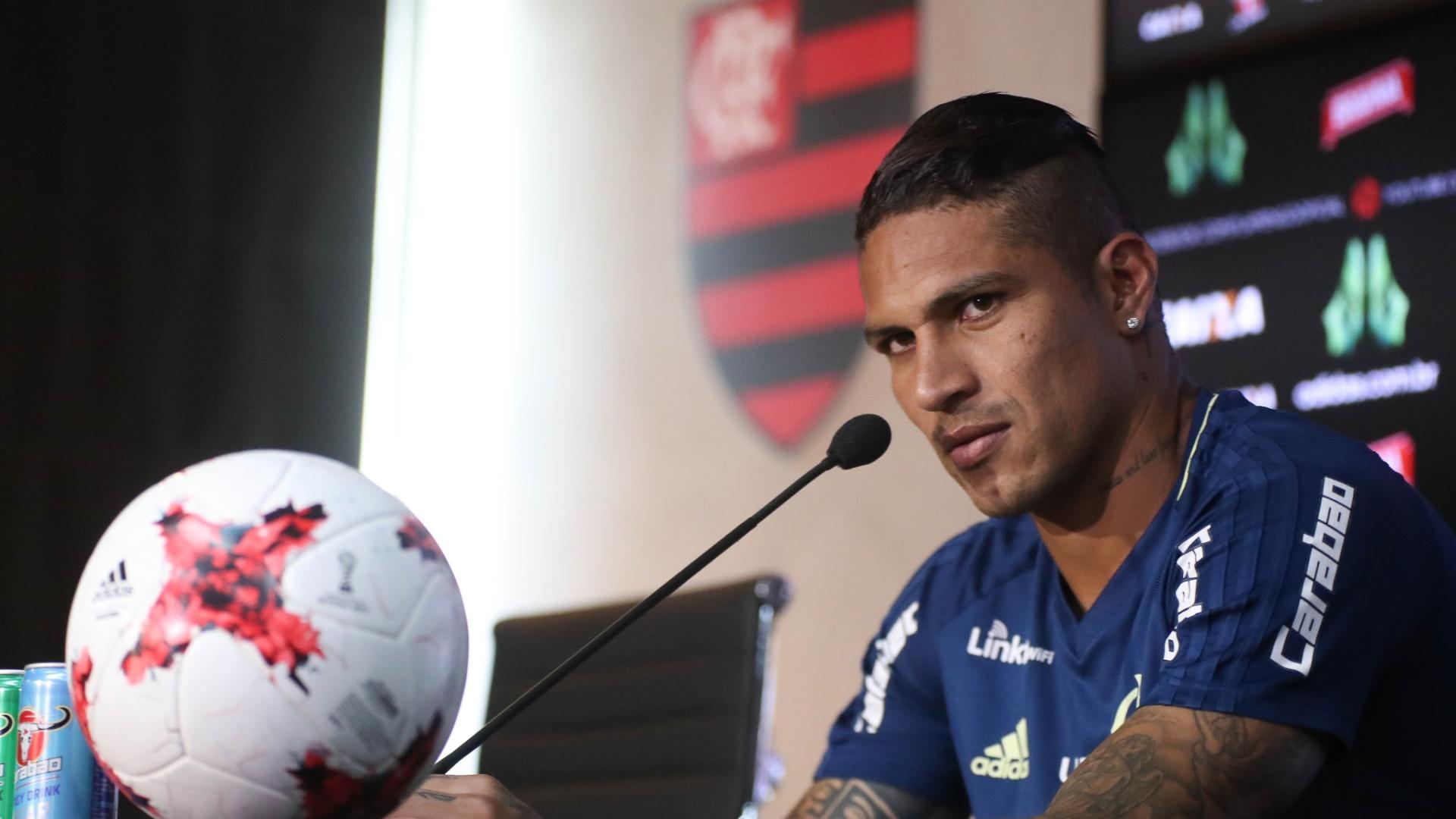 O atacante Paolo Guerrero concede entrevista coletiva no CT Ninho do Urubu