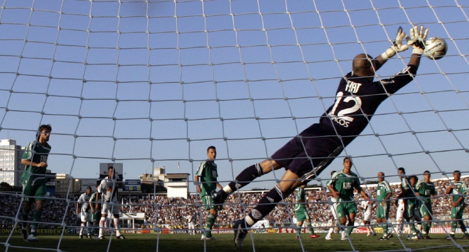 Marcos em lance de Palmeiras x Ponte Preta em 2008