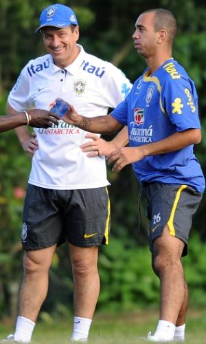 Dunga e Diego Tardelli durante treino da seleção brasileira em 2010