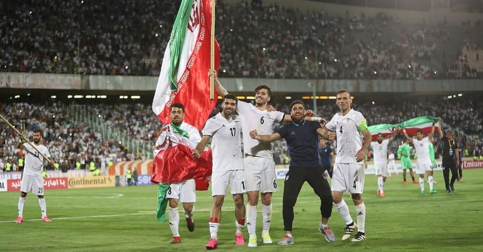 Jogadores do Irã comemoram após conseguir vaga na Copa