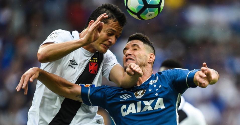 Anderson Martins e Thiago Neves disputam jogada em Cruzeiro x Vasco