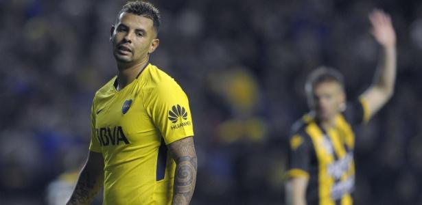 Edwin Cardona em ação pelo Boca Juniors durante jogo contra o Olimpo