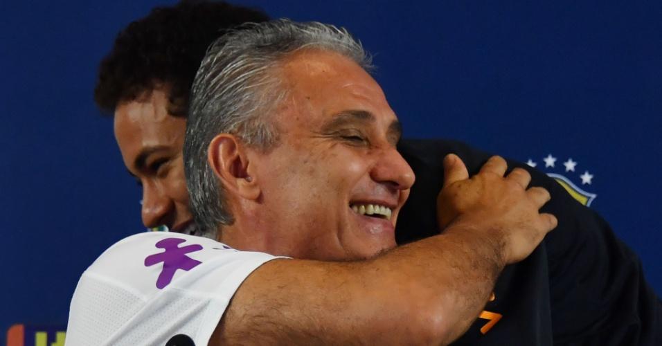 Neymar abraça Tite durante entrevista coletiva antes do jogo entre Brasil e Paraguai, pelas Eliminatórias da Copa do Mundo, em São Paulo