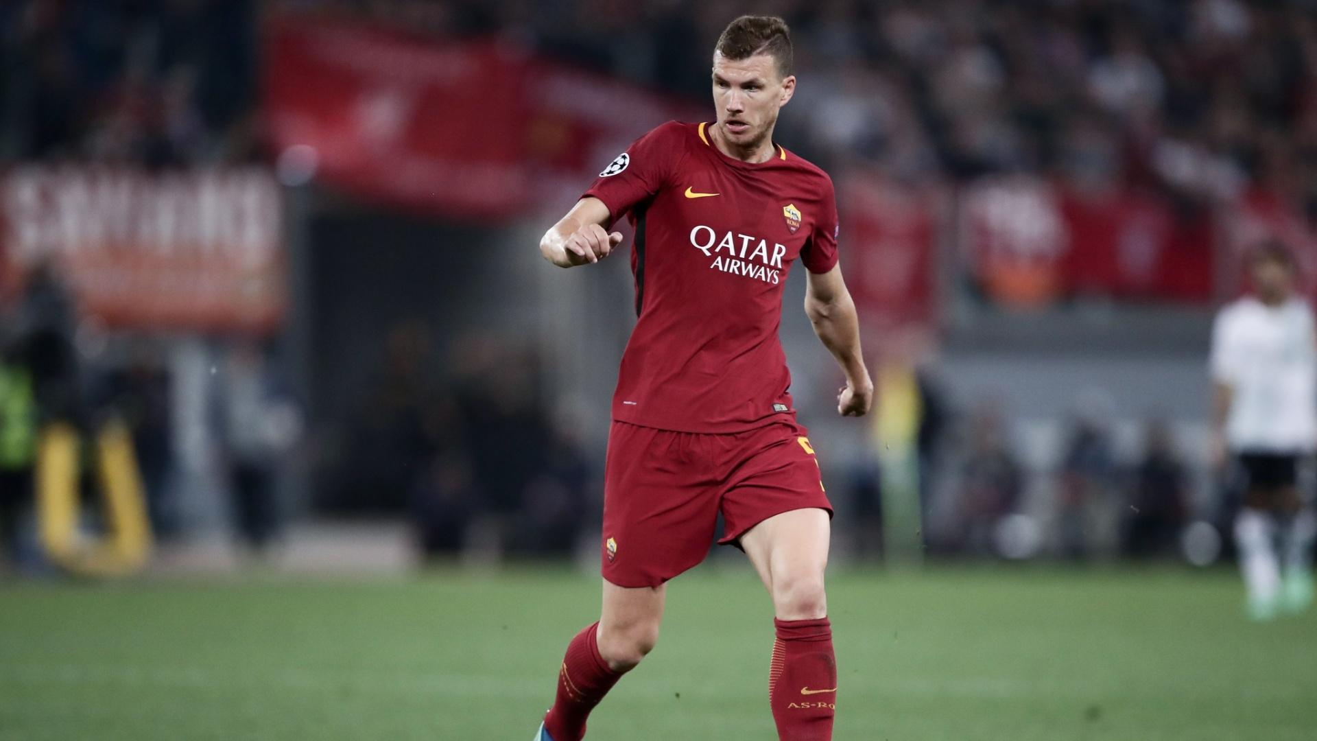 Dzeko conduz a bola durante a partida entre Roma e Liverpool