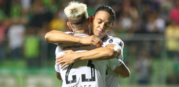 Róger Guedes e Ricardo Oliveira se abraçam em jogo do Atlético-MG