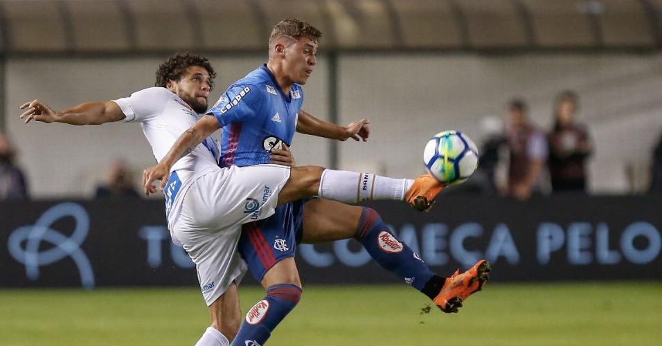 Victor Ferraz faz a marcação em Matheus Sávio no jogo entre Santos e Flamengo