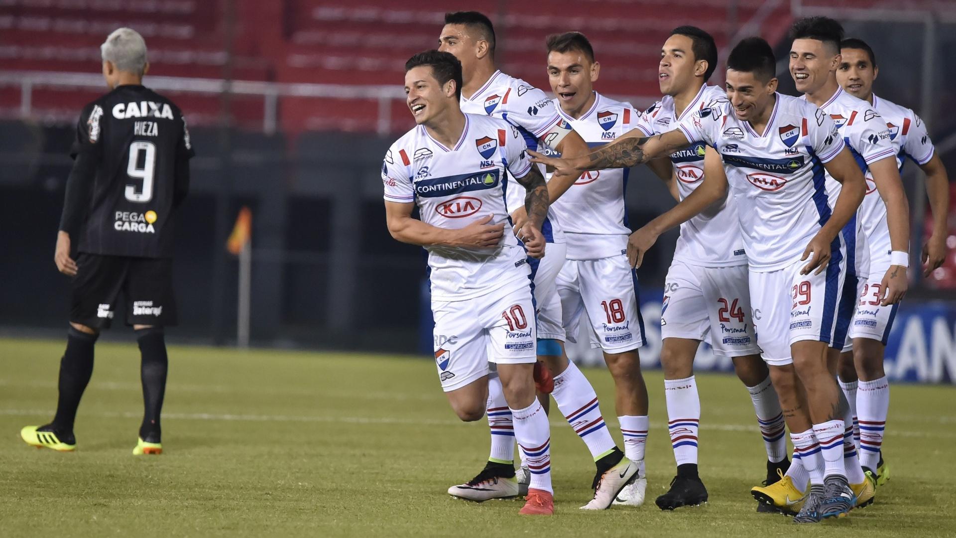 Jogadores do Nacional-PAR comemoram o gol de Juan Santa Cruz diante do Botafogo