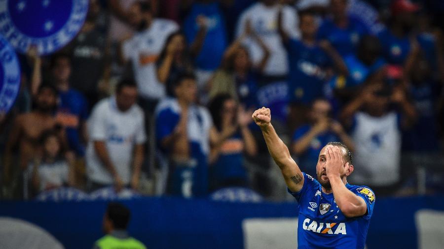 Hernán Barcos, atacante do Cruzeiro, comemora o seu gol diante do Palmeiras na Copa do Brasil - Pedro Vilela/Getty Images
