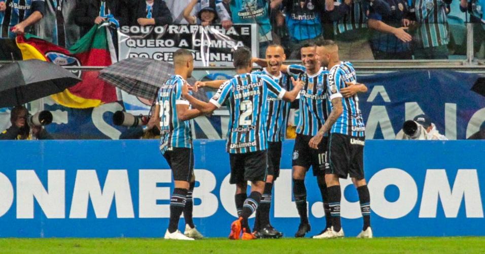 Jogadores do Grêmio comemoram gol marcado sobre o Atlético Tucumán na Libertadores