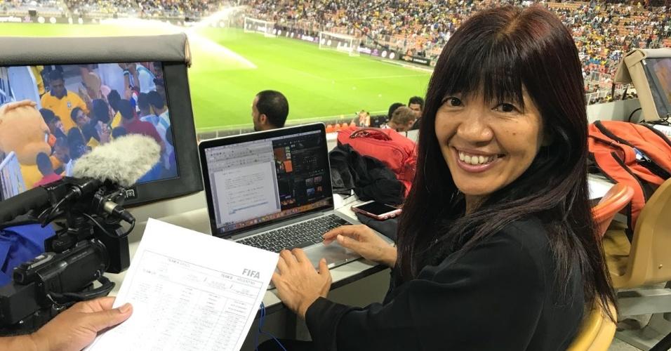 A repórter Kioymi Nakamura cobrindo a seleção brasileira em Jeddah