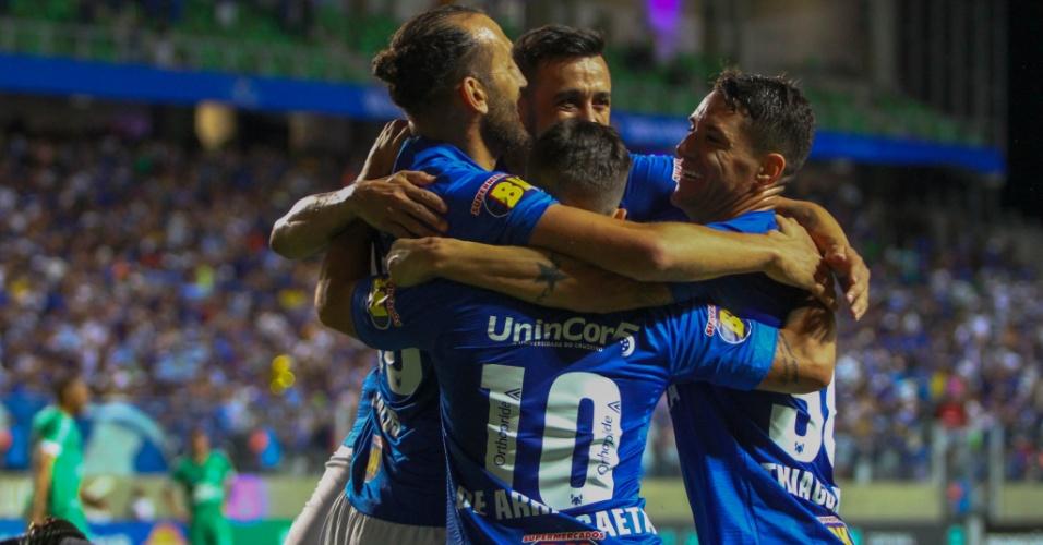 Jogadores do Cruzeiro comemoram gol de Arrascaeta contra a Chapecoense 51520017d3738
