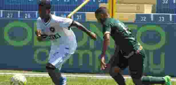 Jogadofres de Botafogo e América disputam jogada em partida válida pela Copinha - Fabio de Paula/BFR