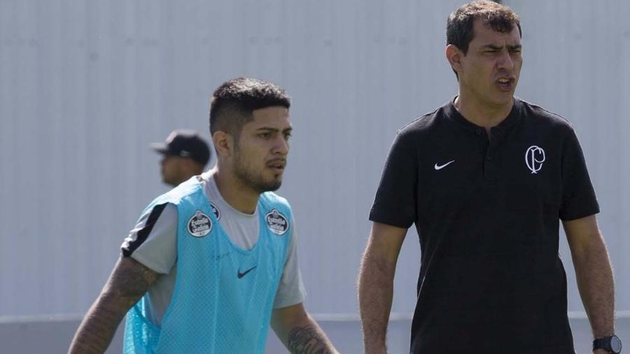 Sérgio Díaz passa em frente a Fábio Carille durante treino do Corinthians no CT Joaquim Grava - Daniel Augusto Jr/Ag. Corinthians