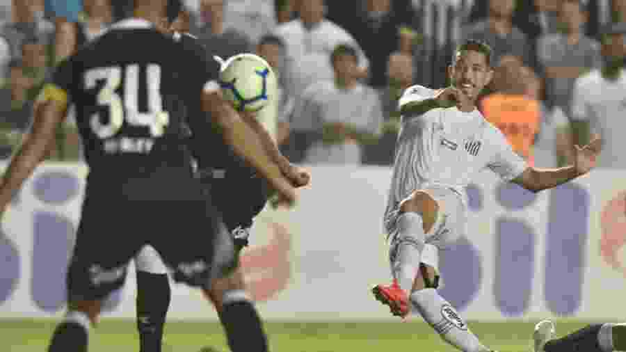 Jean Mota finaliza e marca segundo gol do Santos contra o Vasco, na Vila Belmiro (SP), pela Copa do Brasil  - Divulgação/Santos