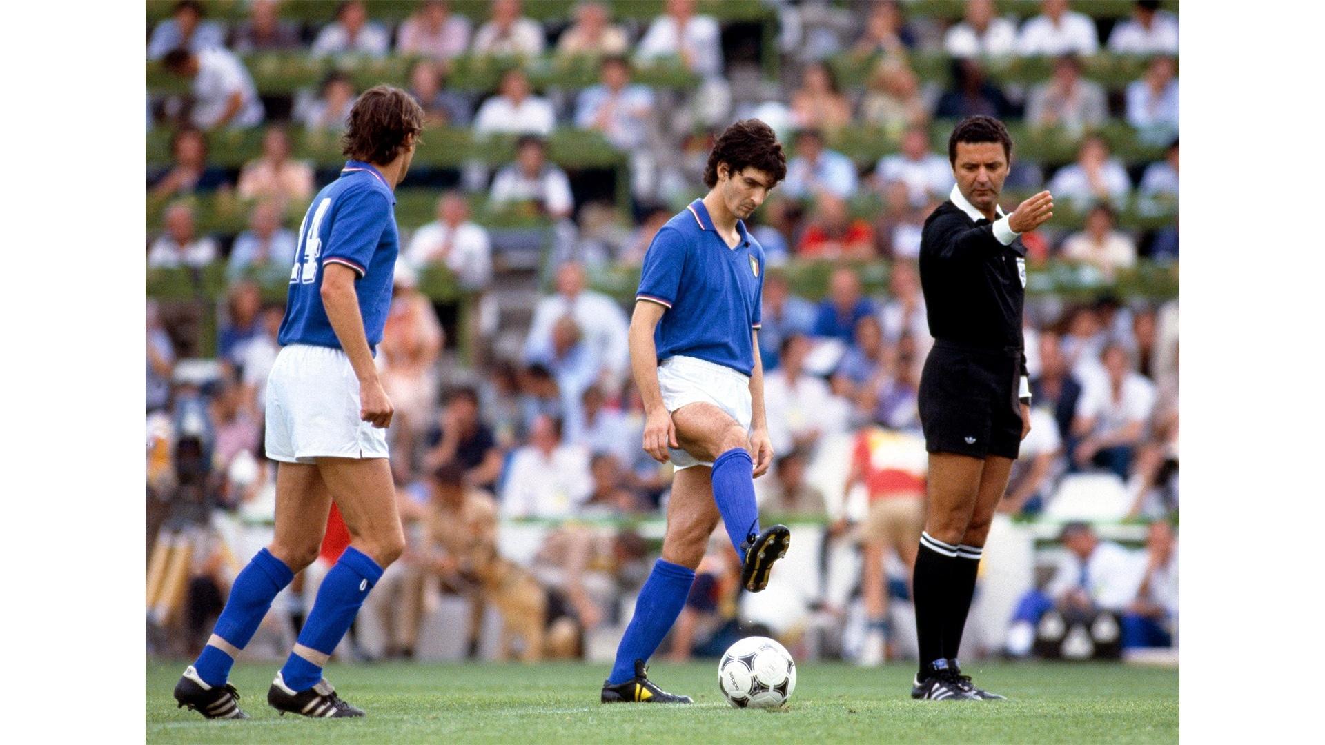 Arnaldo dá o apito inicial para a final da Copa do Mundo de 1982. Foto:Mark Leech/Getty Images