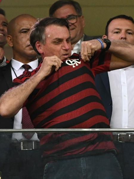 Presidente Jair Bolsonaro beija o escudo do Flamengo - Edu Andrade/FatoPress/Estadão Conteúdo