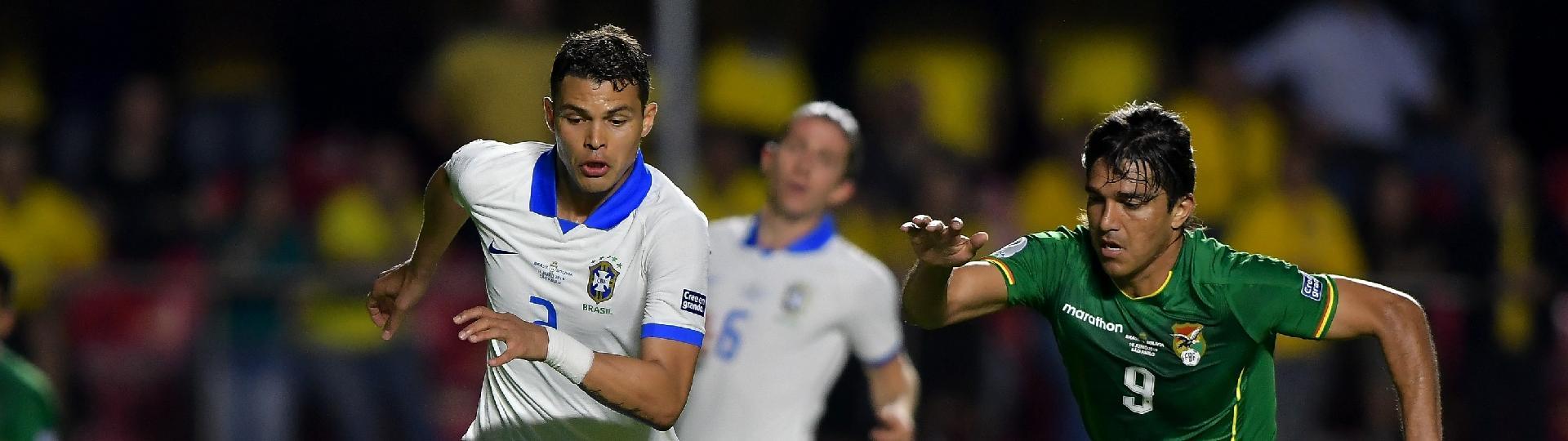 Thiago Silva disputa lance com Marcelo Moreno durante Brasil x Bolívia pela Copa America