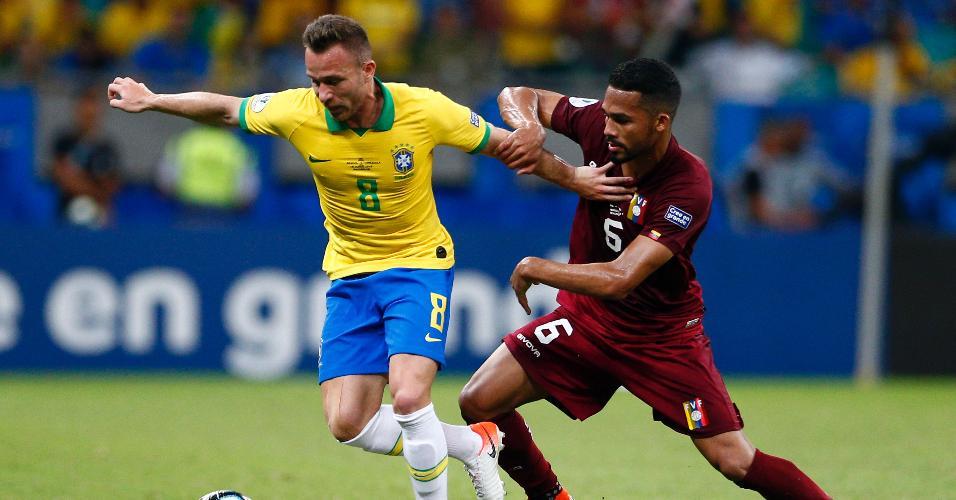 Arthur, durante partida entre Brasil e Venezuela