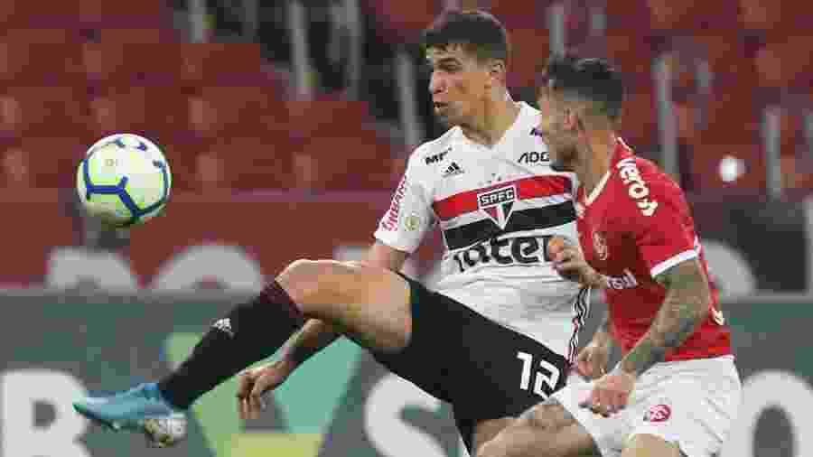 Vitor Bueno disputa bola durante partida entre Internacional e São Paulo no Brasileirão de 2019 - Rubens Chiri / saopaulofc.net