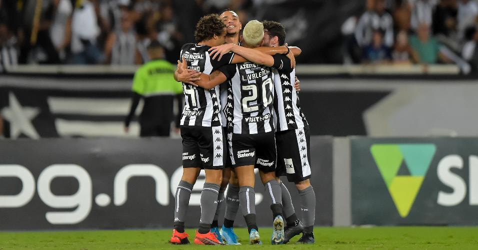 Jogadores do Botafogo comemoram gol durante partida contra o CSA pelo Campeonato Brasileiro