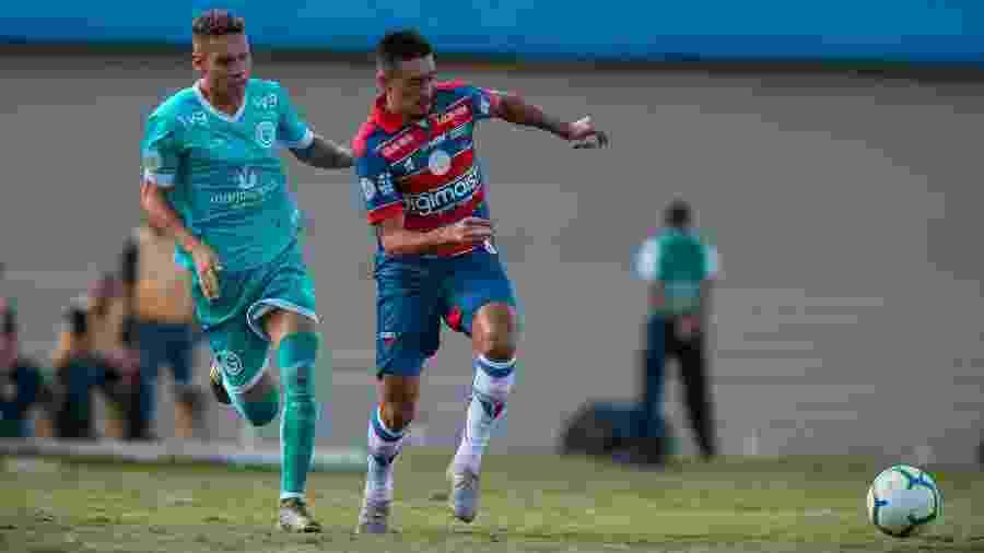 Thalles, do Goiás, disputa lance com Juninho, do Fortaleza - Heber Gomes/AGIF