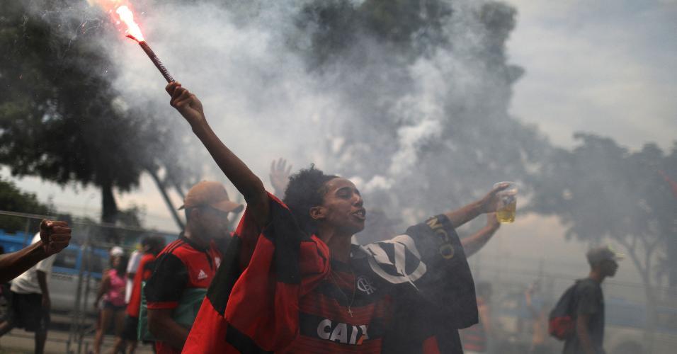 Torcedor faz festa na recepção ao ônibus do Flamengo