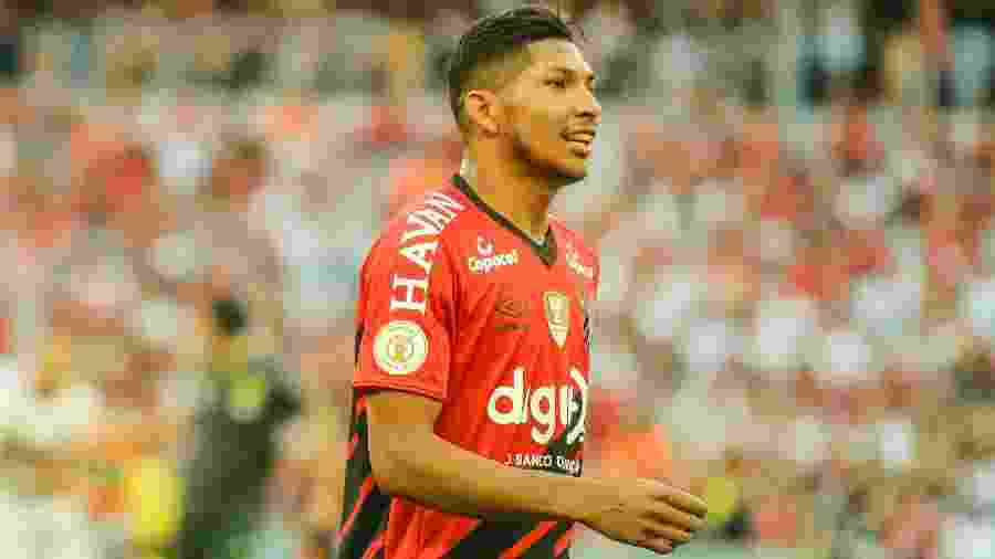 Atacante Rony em ação pelo Athletico durante partida do Brasileirão de 2019 - Gabriel Machado/AGIF