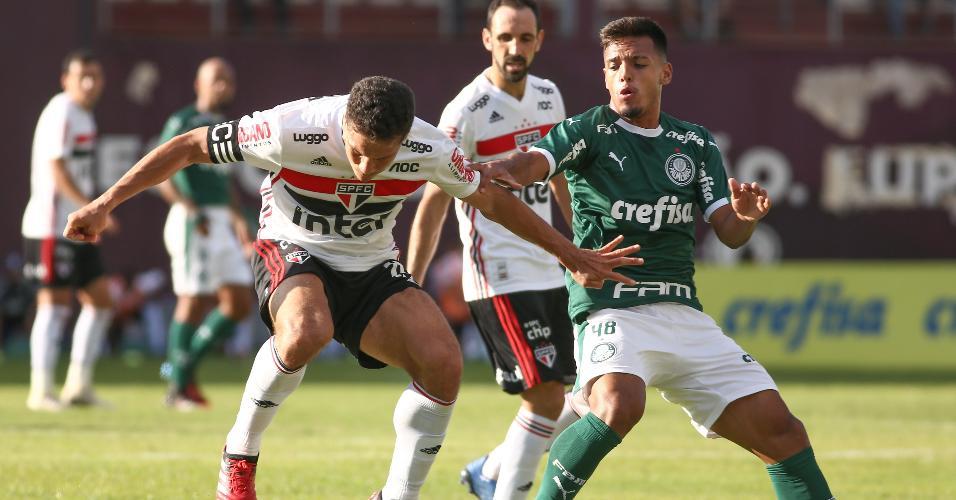 Gabriel Menino disputa lance com Hernanes