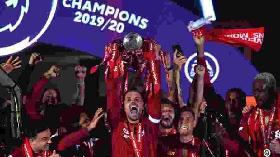 Henderson ergue taça do Campeonato Inglês ao lado de demais jogadores do Liverpool - Paul Ellis/Pool via Getty Images