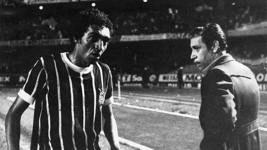 O jogador Basílio e o técnico Oswaldo Brandão da equipe do Corinthians, durante jogo do Corinthians contra a equipe da Ponte Preta, pela final do Campeonato Paulista de 1977 - Antônio Pirozelli/Folhapress