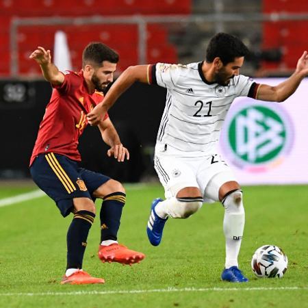 Ilkay Gundogan e José Gaya disputam a bola no jogo Alemanha 1 x 1 Espanha pela Liga das Nações - Thomas Kienzle/AFP