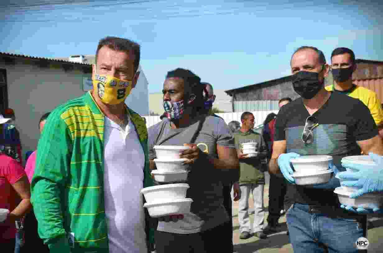 Dunga e Tinga entregam cerca de 200 almoços e materiais escolares para crianças em Cachoeirinha (RS) - undefined