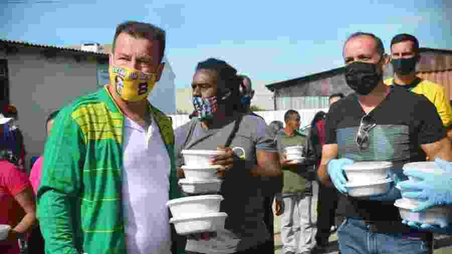 Dunga e Tinga entregam cerca de 200 almoços e materiais escolares para crianças em Cachoeirinha (RS) - Fome de Aprender / Divulgação