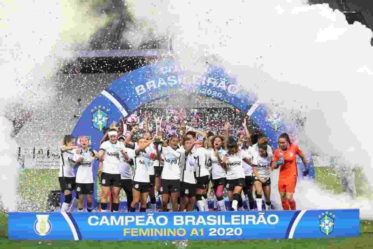 Elenco do Corinthians comemora o bicampeonato brasileiro feminino após vitória sobre o Avaí/Kindermann - Rodrigo Coca/Ag. Corinthians