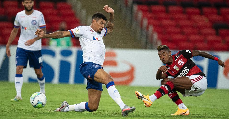 Bruno Henrique e Juninho disputam bola em Flamengo x Bahia, jogo do Brasileirão