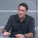 PVC canta Faroeste Caboclo durante revisão do VAR em clássico