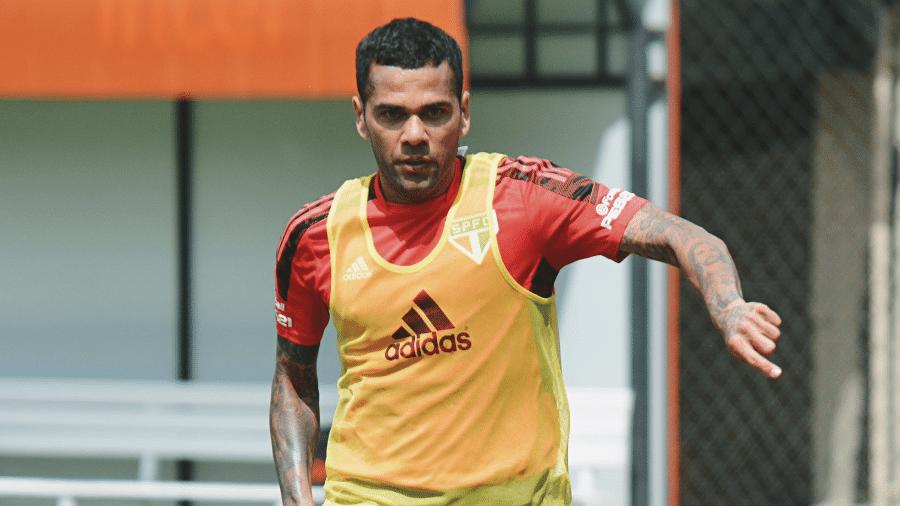 Daniel Alves, meio-campista do São Paulo, ganhou dia a mais de folga - Divulgação/São Paulo