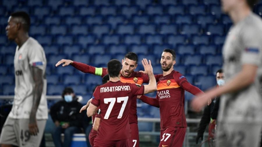 Jogadores da Roma comemoram o primeiro gol da vitória por 3 a 0 sobre o Shakhtar Donetsk na Liga Europa - Filippo MONTEFORTE / AFP