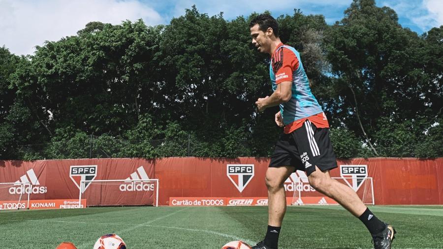 Hernanes, meia do São Paulo, se recuperou de lesão e participou de treino no CT da Barra Funda - Divulgação/São Paulo FC
